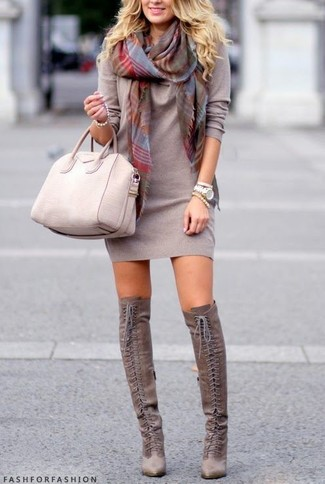 Cómo combinar: vestido jersey gris, botas sobre la rodilla de ante grises, bolsa tote de cuero en beige, bufanda de tartán gris