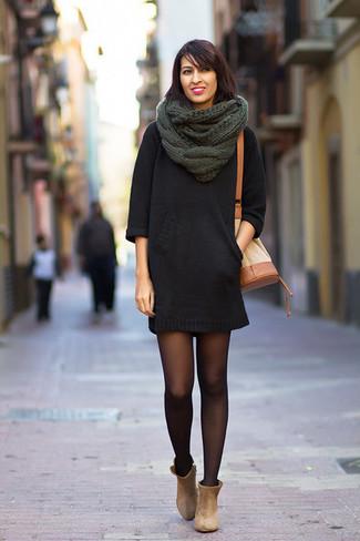 Cómo combinar: vestido jersey negro, botines de ante en beige, mochila con cordón de cuero marrón claro, bufanda de punto verde oscuro