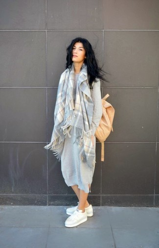 Cómo combinar: vestido jersey gris, tenis blancos, mochila marrón claro, bufanda de tartán gris