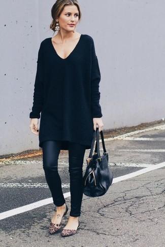 Cómo combinar: vestido jersey negro, leggings de cuero negros, bailarinas de ante de leopardo marrónes, bolsa tote de cuero negra