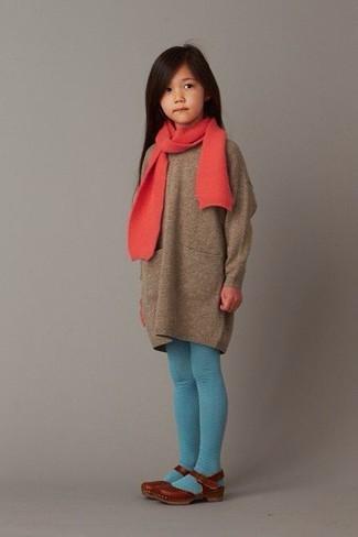 Cómo combinar: vestido jersey marrón, bailarinas marrónes, bufanda roja, medias en turquesa