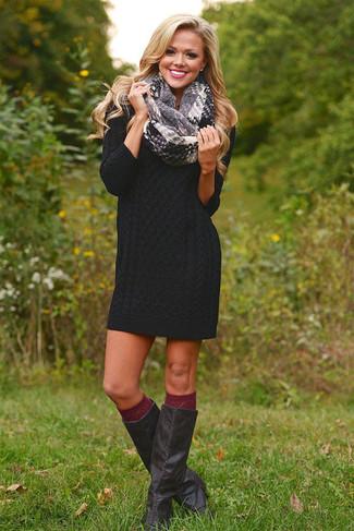 Cómo combinar: vestido jersey negro, botas de caña alta de cuero negras, calcetines hasta la rodilla burdeos, bufanda de tartán gris