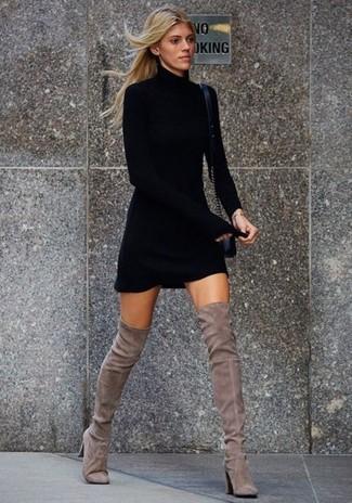 Cómo combinar: vestido jersey negro, botas sobre la rodilla de ante grises, bolso bandolera de cuero negro