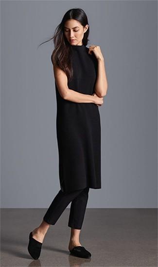 Cómo combinar: vestido jersey negro, pantalones pitillo negros, chinelas de satén negras