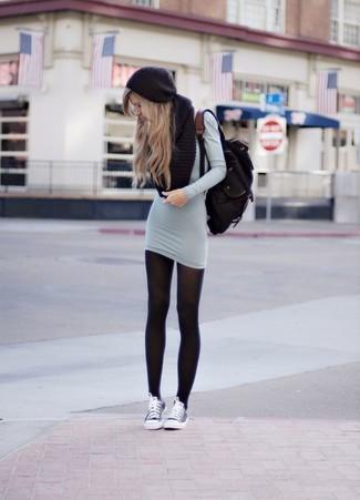 Haz de un vestido jersey gris tu atuendo para un look diario sin parecer demasiado arreglada. Tenis grises añadirán un nuevo toque a un estilo que de lo contrario es clásico.