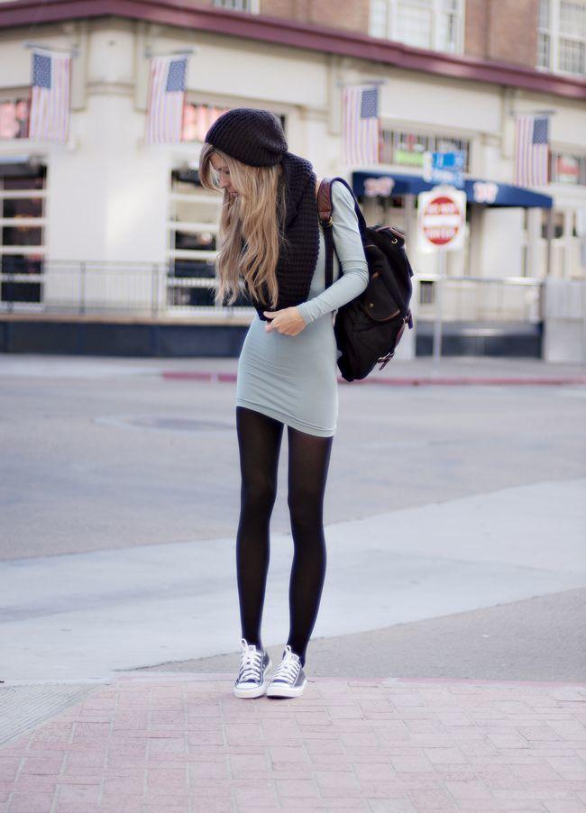 Vestido negro con medias y tenis