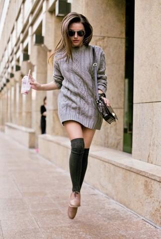 Cómo combinar: vestido jersey gris, zapatos oxford de cuero marrónes, calcetines hasta la rodilla en gris oscuro, bolso bandolera de cuero negro