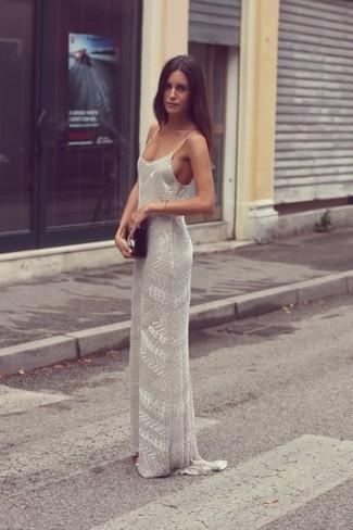 Cómo combinar: vestido largo con cuentas gris, cartera sobre de cuero negra