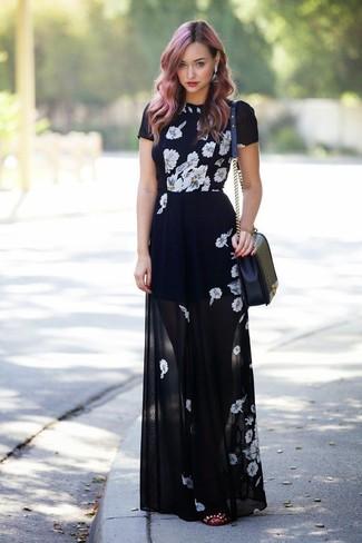 Intenta ponerse un vestido largo de flores negro y blanco para crear una apariencia elegante y glamurosa. Complementa tu atuendo con bailarinas de cuero con tachuelas burdeos.