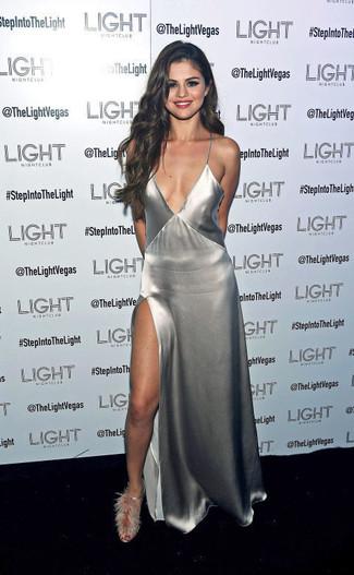 Cómo combinar: vestido largo con recorte plateado, sandalias de tacón de pelo grises