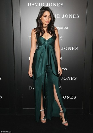 Cómo combinar: vestido largo con recorte verde oscuro, sandalias de tacón de ante con adornos en beige, gargantilla dorada