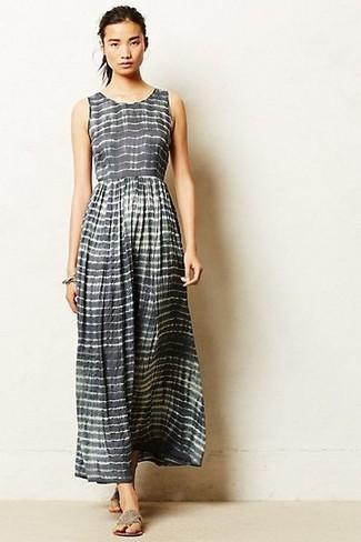Cómo combinar: vestido largo de rayas horizontales gris, sandalias de dedo grises