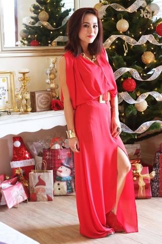 Cómo combinar: vestido largo rojo, botines de ante rojos, collar dorado, pulsera dorada