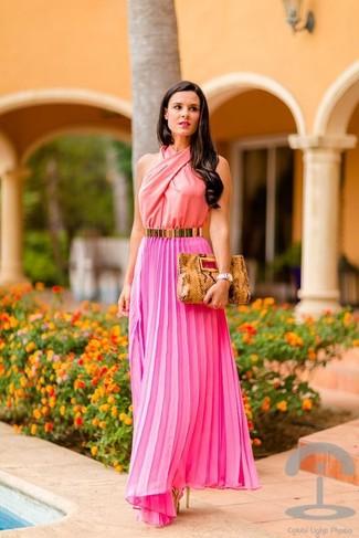 Cómo combinar: vestido largo plisado rosa, sandalias de tacón de cuero doradas, cartera sobre de cuero con print de serpiente marrón claro, correa dorada