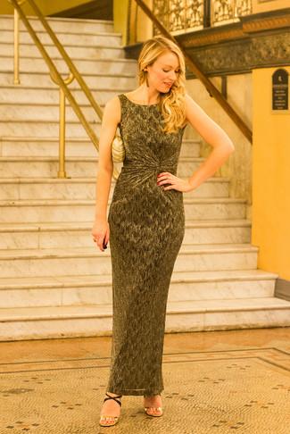 Cómo combinar: vestido largo dorado, sandalias de tacón de cuero en negro y dorado, cartera sobre dorada, pendientes dorados