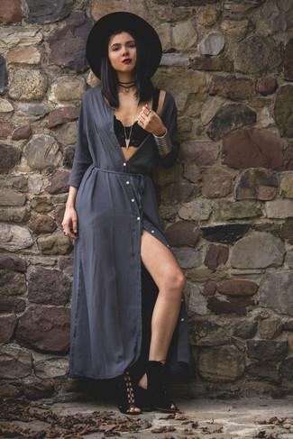 Cómo combinar: vestido largo en gris oscuro, sandalias de tacón de ante negras, sombrero de lana negro, collar de ante negro