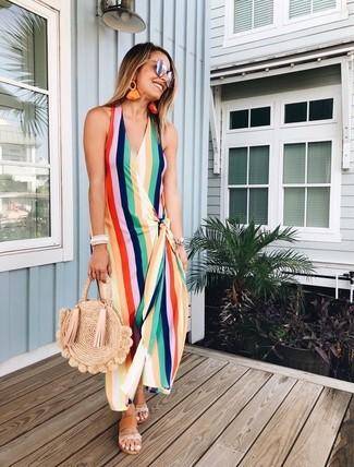 Cómo combinar: vestido largo de rayas verticales en multicolor, sandalias planas de cuero marrón claro, bolsa tote de paja marrón claro, gafas de sol plateadas