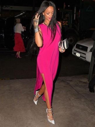 Cómo combinar: vestido largo rosa, zapatos de tacón de cuero blancos, cartera sobre de cuero de rayas verticales en negro y blanco, collar plateado