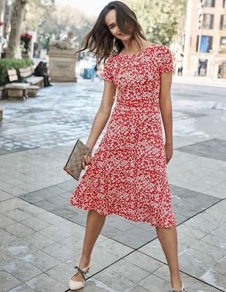 Cómo combinar: vestido midi a lunares rojo, zapatos de tacón de cuero en beige, cartera sobre de cuero gris