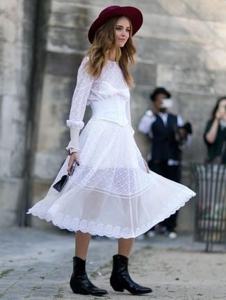 Cómo combinar: vestido midi de gasa blanco, botas camperas de cuero negras, cartera de cuero negra, sombrero de lana burdeos