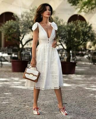Cómo combinar: vestido midi blanco, chinelas de cuero blancas, bolso de hombre de cuero blanco, collar dorado