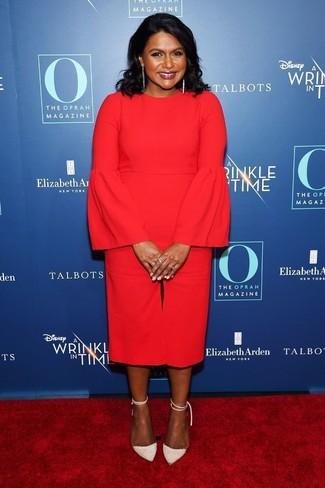 Cómo combinar: vestido midi con volante rojo, zapatos de tacón de ante blancos