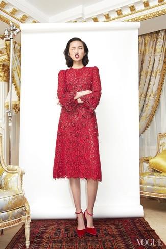 Cómo combinar: vestido midi de encaje rojo, zapatos de tacón de ante rojos