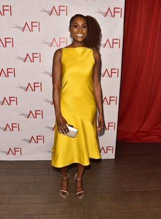 Cómo combinar: vestido midi de satén amarillo, sandalias de tacón de cuero en beige, cartera sobre de satén en beige