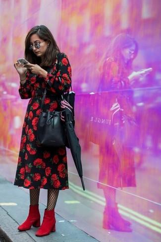 Cómo combinar: vestido midi con print de flores negro, botines de ante rojos, mochila con cordón de cuero negra, medias de red negras