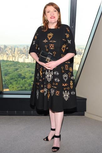 Cómo combinar: vestido midi estampado negro, sandalias con cuña de ante negras, cartera sobre de ante negra, pendientes dorados