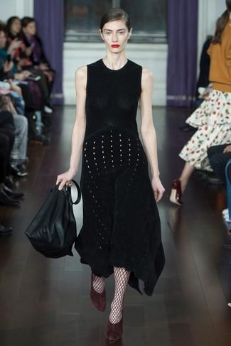 Cómo combinar: vestido midi de punto negro, zapatos de tacón de ante burdeos, bolsa tote de cuero negra, medias de red burdeos