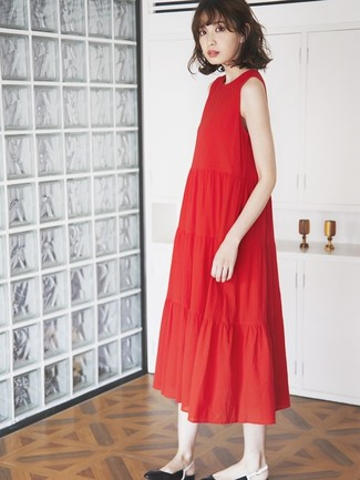 Cómo combinar: vestido midi plisado rojo, bailarinas de cuero negras