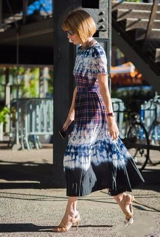 Cómo combinar: vestido midi efecto teñido anudado azul marino, sandalias de tacón de cuero marrón claro, gafas de sol negras, collar dorado