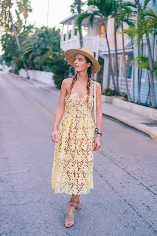 Cómo combinar: vestido midi de crochet amarillo, sandalias romanas de ante en beige, bolso bandolera de cuero en beige, sombrero de paja marrón claro