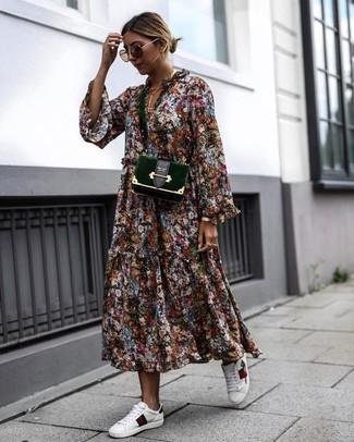 Cómo combinar: vestido midi con print de flores en multicolor, tenis de cuero blancos, bolso bandolera de terciopelo verde oscuro, gafas de sol marrónes