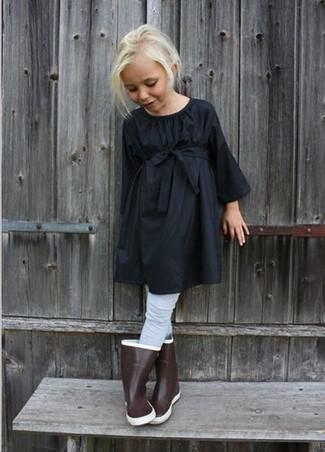 Cómo combinar: vestido negro, botas de lluvia marrónes, medias grises