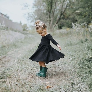 Cómo combinar: vestido negro, botas de lluvia verde oscuro