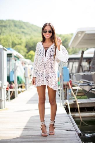 Cómo combinar: vestido playero de crochet blanco, top de bikini negro, braguitas de bikini negras, sandalias de tacón de cuero blancas