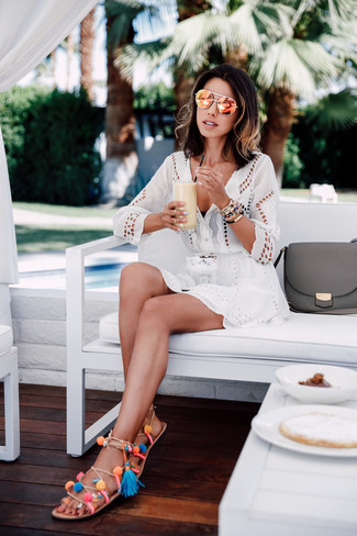 Cómo combinar: vestido playero con ojete blanco, top de bikini negro, sandalias romanas de cuero en multicolor, gafas de sol naranjas