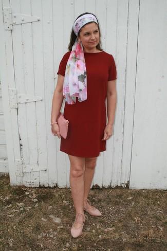 Cómo combinar: vestido recto burdeos, bailarinas de ante rosadas, cartera sobre de cuero rosada, bufanda con print de flores en blanco y rosa