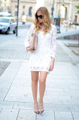 Cómo combinar: vestido recto de encaje blanco, zapatos de tacón de cuero con tachuelas grises, bolso bandolera de cuero en beige, gafas de sol negras