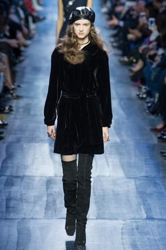 Cómo combinar: vestido recto de terciopelo negro, botas sobre la rodilla de ante negras, boina de cuero negra, gargantilla dorada