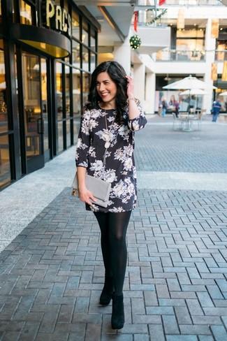 Cómo combinar: vestido recto con print de flores en negro y blanco, botines de ante negros, cartera sobre de cuero gris, pulsera dorada