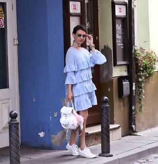 Look de moda: Vestido recto con volante celeste, Tenis blancos, Mochila de cuero blanca, Reloj de cuero en beige