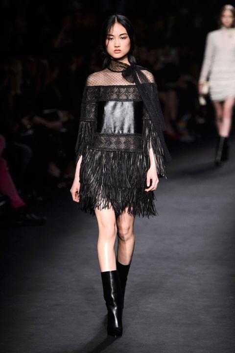 Moda A De Recto Cuero Look Flecos Media Сon Vestido Negro Botas 5pxdz