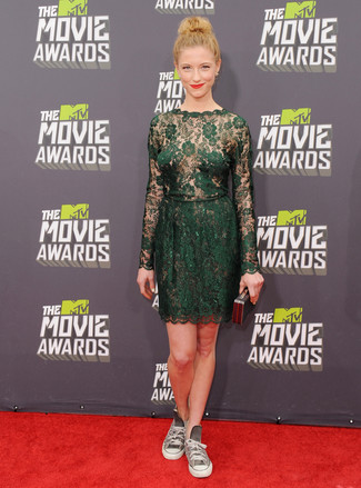 Look de moda: Vestido recto de encaje verde oscuro, Zapatillas altas de lona grises, Cartera sobre negra