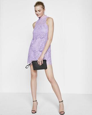 Cómo combinar: vestido recto de encaje violeta claro, sandalias de tacón de cuero negras, cartera sobre de cuero con tachuelas negra