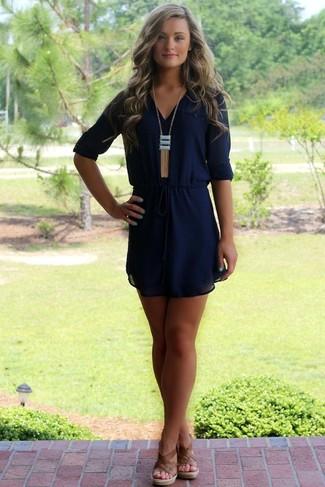 Si buscas un estilo adecuado y a la moda, utiliza un vestido recto de gasa azul marino. ¿Quieres elegir un zapato informal? Completa tu atuendo con sandalias con cuña de cuero marrónes para el día.