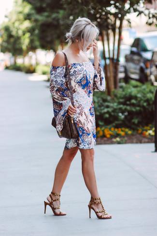 Cómo combinar: vestido recto de paisley blanco, sandalias de tacón de cuero con tachuelas marrónes, bolso bandolera de cuero estampado en marrón oscuro