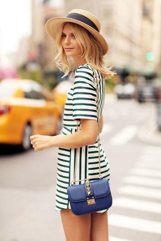 Haz de un vestido recto verde tu atuendo para lograr un estilo informal elegante.